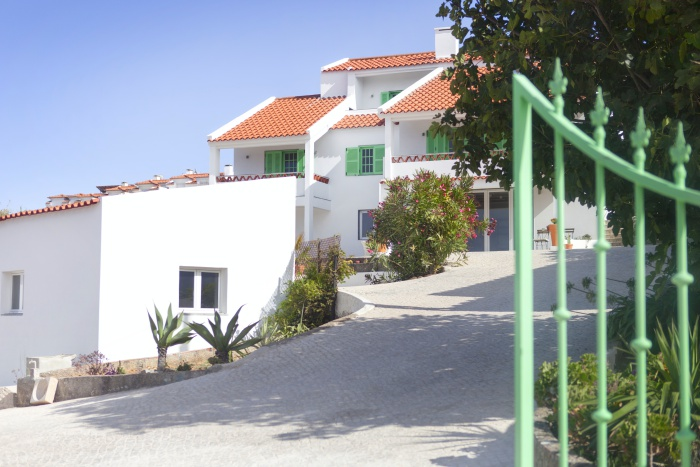 ola-onda-guesthouse-ericeira-front-view